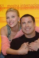 Scarlett Johansson og John Travolta på pressekonferanse i Venezia