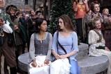 Parminder Nagra og Anne Hathaway i Den forheksede Ella