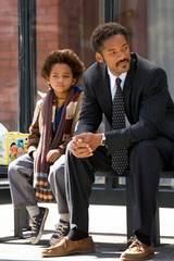 Chris (Will Smith) og sønnen Christopher (Jaden Smith) blir kastet ut av leiligheten og blir tvunget til å sove på gata.