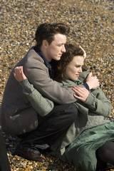 James McAvoy som Robbie og Keiran Knightley som Cecilia i Atonement - Om forlatelse