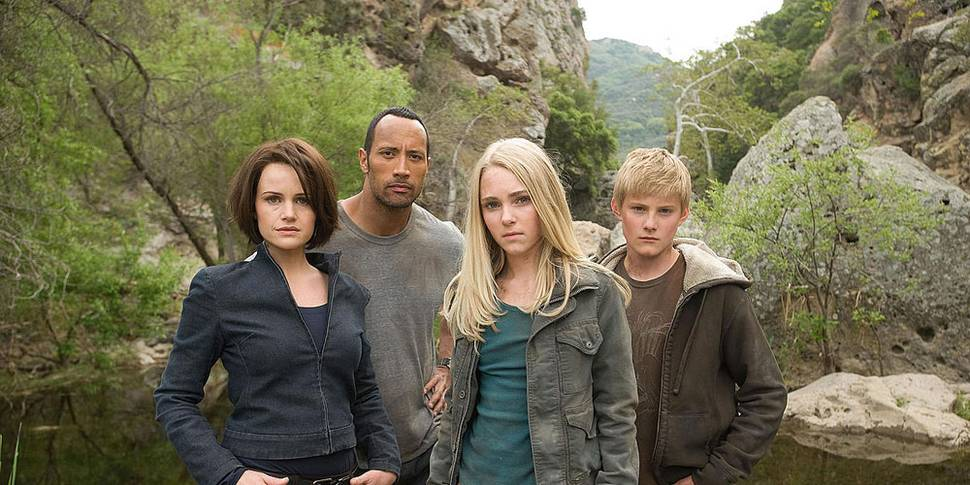 Carla Gugino, Dwayne Johnson, AnnaSophia Robb og Alexander Ludwig i Race to Witch Mountain