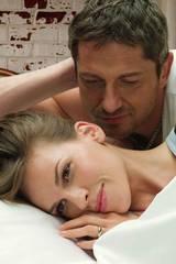 Gerard Butler ser ut til å ønske og ta en jafs av motspiller Hillary Swank i filmen PS I Love You