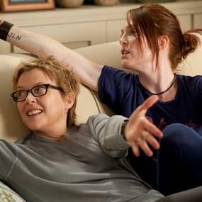 Mødrene Nic (Annette Bening) og Jules (Julianne Moore) i The Kids Are All Right