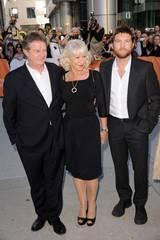 Regissør John Madden med skuespillerne Helen Mirren og Sam Worthington på premieren til The Debt under filmfestivalen i Toronto.
