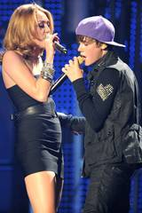 Miley Cyrus og Justin Bieber opptrer på Madison Square Garden 31. august 2010 i New York
