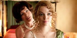 Allison Janney som Charlotte Phelan og Emma Stone som Eugenia 'Skeeter' Phelan i Barnepiken (The Help)