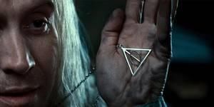 Xenophilius Lovegood med symbolet for Dødstalismanene: en trekant, en strek og en sirkel.