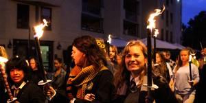 Det ble sunget Harry Potter-sanger under fakkeltoget på vei til festpremieren på Harry Potter og Dødstalismanene Del 2 i Oslo