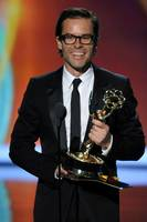 Guy Pearce mottar Emmy for sin rolle i miniserien Mildred Pierce