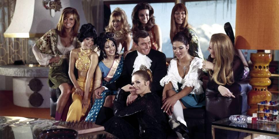 Julie Ege oppe til venstre og Joanna Lumley foran føttene til George Lazenby i On Her Majesty's Secret Service