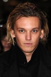 Jamie Campbell Bower deltar på den britiske premieren til The Twilight Saga Breaking Dawn