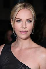 Charlize Theron på premieren til Young Adult i Los Angeles