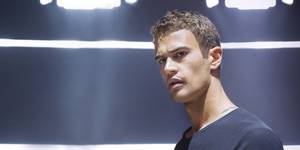 Theo James som Four i Divergent