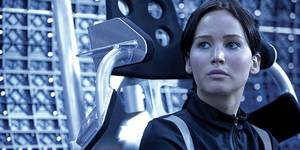 Katniss (Jennifer Lawrence) i et luftputefartøy i The Hunger Games: Catching Fire