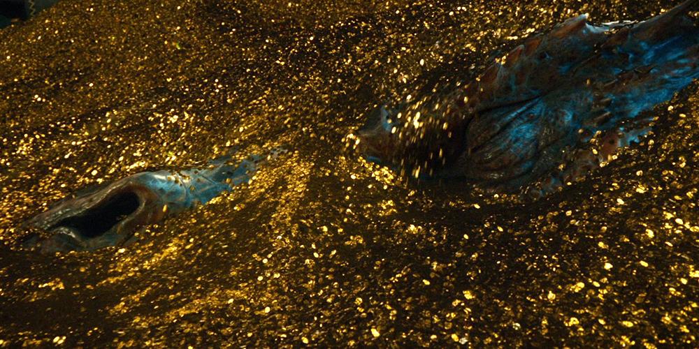 Smaug er dekket av gull i Hobbiten: Smaugs Ødemark