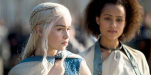 Emilia Clarke og Nathalie Emmanuel i Game of Thrones sesong 4