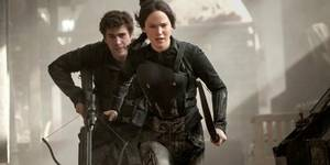 Liam Hemsworth og Jennifer Lawrence i The Hunger Games: Mockingjay Part 1