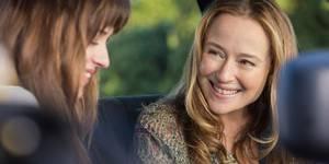 Dakota Johnson og Jennifer Ehle i Fifty Shades of Grey
