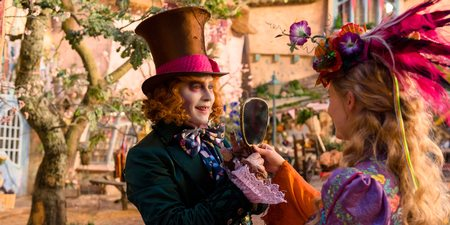 Johnny Depp og Mia Wasikowska i Alice Through the looking glass