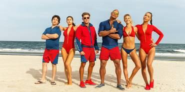 Dwayne Johnson, Alexandra Daddario, Zac Efron, Ilfenesh Hadera, Jon Bass, og Kelly Rohrbach i Baywatch (2017)
