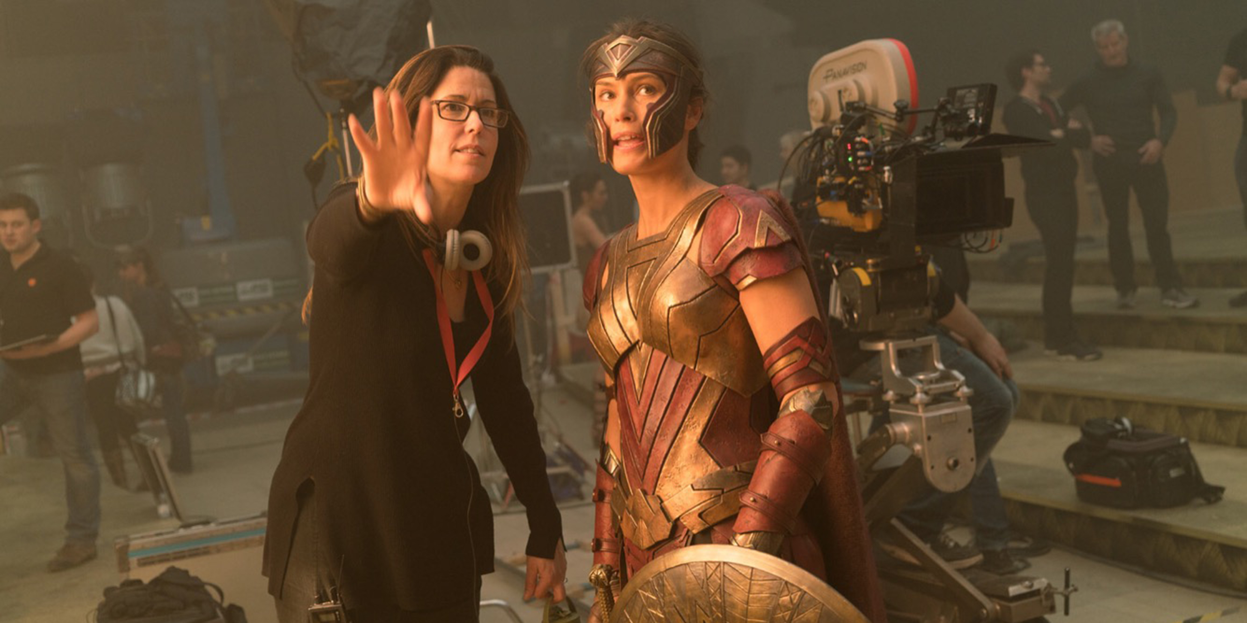 Patty Jenkins og norske Lisa Loven Kongsli på settet til Wonder Woman.