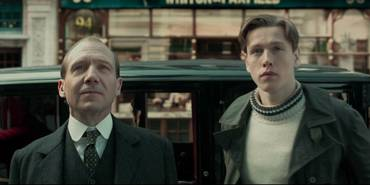 Ralph Fiennes og Harris Dickinson i The King's Man