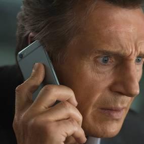 Liam Neeson med en iPhone